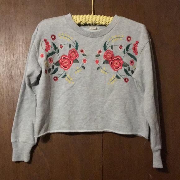 urbanology Tops - Adorable cropped sweater Urbanology medium EUC!